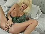 Blonde bimbo mature sexy qui ecarte sa fente