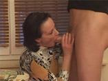 Maman salope à la chatte poilue sodomisée hard par un vicieux