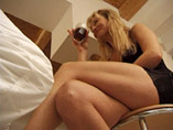 Mature sexy qui bois un verre