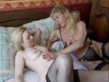 Salope lesbienne et mature se font plaisir