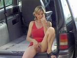 Vieille cochonne rombière dans un van